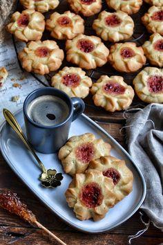 Ciasteczka kwiatuszki z marmoladą to ciasteczka mojego dzieciństwa. Pamiętam je z tą ciągnącą marmoladą po środku. Te ciasteczka są niezwykle maślane i rozpływają się w ustach. Składniki na 25-30 szt: 200 g masła 82% 100 g cukru pudru 40 g białka kurzego jajka 260 g mąki pszennej 4 g proszku do pieczenia Dodatkowo: 3 łyżki dżemu np.malinowy, wiśniowy itp. 1/2 łyżeczki skrobi ziemniaczanej Przygotowanie: Masło i białko wyjąć z lodówki na 40 min przed przygotowaniem ciasteczek. Powinno być…