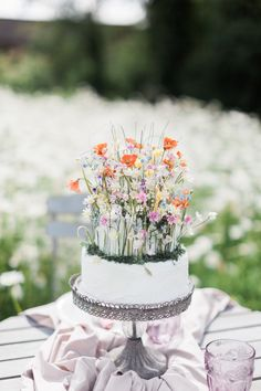 Wild flower wedding cake with poppies. Wedding Dreams, Dream Wedding, Wildflower Cake, Diy Wedding Stationery, Pagan Wedding, British Wedding, British Flowers, Spring Wedding Inspiration, Wedding Cakes With Flowers