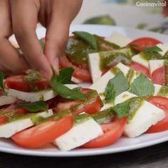 Capresse salad with pesto sauce - - Salad Recipes Veggie Recipes, Cooking Recipes, Healthy Recipes, I Love Food, Good Food, Perfect Salad Recipe, Deli Food, No Cook Meals, Food Videos