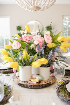 Create a beautiful Easter table centerpiece with these simple decorating and flower arranging tips! #easter #eastertable #spring #springdecor #springtable Pink Table Settings, Easter Table Settings, Easter Table Decorations, Decoration Table, Easter Centerpiece, Easter Decor, Easter Ideas, Easter Crafts, Easter Flower Arrangements