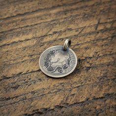 British king  UK national flower  イギリス国王のジョージ5世(1910-1936)が描かれた古銀貨にイギリス国花である薔薇を意識した唐草をタガネにて手彫り彫刻  #coinjewelry #pendant #necklace #rose #handmade #arabesque #engraving #unitedkingdom #uk #england #canada #10sent