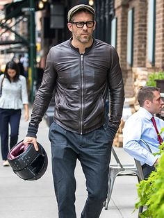 Star Tracks: Tuesday, September 27, 2016 | LET'S RIDE | It's safety first for actor Ryan Reynolds as he walks through N.Y.C.'s Tribeca neighborhood with his bike helmet on Monday.
