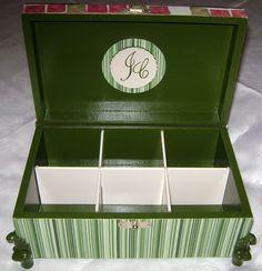 Casamento: interior de caixa para banheiro masculino, forrada de tecido, com aplique de MDF-iniciais dos noivos e pés de resina-4