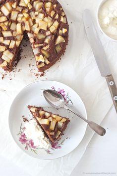 Ein Stück vom herrlich saftigen, schnell zubereiteten, Schoko Birnen Kuchen mit Schlagobers von Sweets and Lifestyle