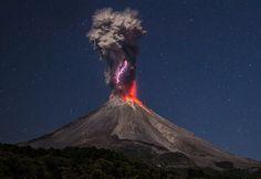 Magischer Moment: Die Aschewolke des Vulkans Colima durchzuckt ein 3000 Grad heißer Blitz (Foto von: Hernando Rivera Cervantes/SWNS/Bulls Press)