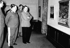 """Адольф Гитлер и Герман Геринг смотрят на картину, скорее всего, в 1937 году, когда в Мюнхене в здании галереи парка Хофгартен нацистами была открыта выставка """"Дегенеративное искусство"""". На ней было представлено около 650 произведений художников, чье творчество не вписывалось в генеральную линию нацистской партии в области искусства. Это были классики модерна, а также авторы еврейского происхождения и коммунистических убеждений. Среди отвергнутых художников были, в частности, Отто Дикс..."""