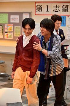 (画像2/13)【写真を見る】休憩中、ふざけあう2人の仲良しオフショット Ryo Yoshizawa, News, Style, Image, Swag, Outfits