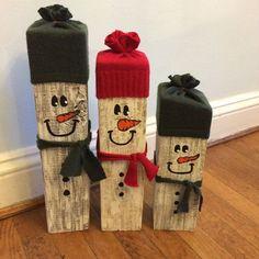 Reclaimed wooden snowmen set from HeavenlyFlowerByNi .- Reclaimed wooden snowmen set from HeavenlyFlowerByNic auf Etsy # Weihnachtsgeschenkideen - Wooden Christmas Crafts, Wooden Christmas Decorations, Wooden Crafts, Outdoor Christmas, Holiday Crafts, Diy And Crafts, Pallet Crafts, Primitive Christmas, Magical Christmas