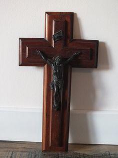 Retrouvez cet article dans ma boutique Etsy https://www.etsy.com/fr/listing/258199093/crucifix-mural-francais-en-bois-christ