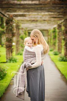 Draagshoot - Shoot met kindje bij mama in de draagdoek