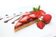 Mandelkake med bær, med Cocosa sukker og kokosolje. Gluten- og laktosefri. Full oppskrift: http://www.soma.no/oppskrifter/bakverk/mandelkake-med-baer/