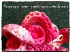 Não sei quanto a você, mas eu sou simplesmente apaixonada pelas flores de crochê. Tem cada uma que é uma verdadeira obra de arte, não é??  ...