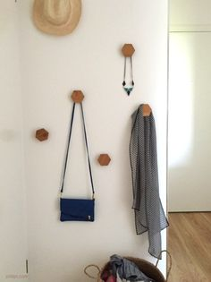 DIY: wooden coat hooks for an entrance with a graphic look Wooden Coat Hooks, Hall Furniture, Diy Organisation, Homemade Home Decor, My New Room, Wooden Diy, Home Decor Accessories, Interior Decorating, Bedroom Decor