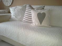 Weiße Kissenhülle  mit Herz, 40x40cm von rosa rot auf DaWanda.com