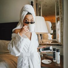 What's your favorite part of your morning routine? Coffee + self care for me. Strengthening & reparing my hair from all the bleaching with… Easy Style, Shotting Photo, Style Photoshoot, Home Photo Shoots, Foto Casual, Insta Photo Ideas, Successful Women, Photo Instagram, Spa Day