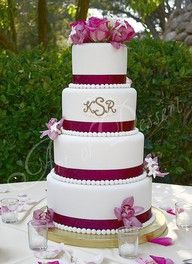 I love the initials in the cake.