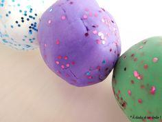 Une pâte à modeler facile à réaliser et qui est un vrai plaisir des yeux ! Easter Eggs, Carnival, Modeling Paste, Clay, Eyes, Colors