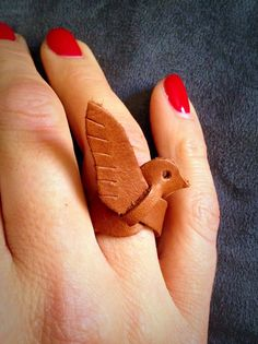 even my amateur leather working skills can handle this . - even my amateur leather working skills can handle this - Leather Ring, Leather Art, Leather Design, Leather Earrings, Leather Tooling, Leather Jewelry, Sewing Leather, Crea Cuir, Jewelry Crafts