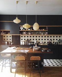 La cuisine noire et à pois d'Anais de @chezbogato, est un bijou ! On shoote aujourd'hui pour le magazine @foudepatisserie, les coulisses seront sur Ma story Instagram ! #shootingday #patisserie #passiongateau #noël #ilovemyjob