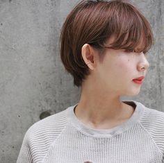 髪の量が多い人に似合うおすすめのショートヘアを紹介します。おすすめのヘアスタイルのポイントや、ショートヘアのスタイリング方法も解説します。