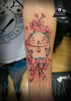 Maneki Neko. Tatuaje en acuarela / watercolor. Tatuador Max Calavera Estudio de tatuajes Black Blood Tattoo