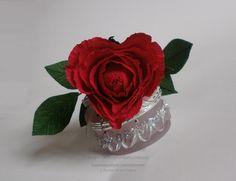 Троянда-валентинка у вигляді серця з цукеркою в середині