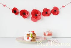 Guirnalda hecha con amapolas de papel de seda / Garland made with tissue paper poppies