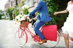 Je hubby op een rode fiets met bloemen!