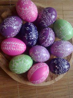 velikonoční kraslice, vajíčka Originální, voskem malovanékraslice v romantických barvách staré Anglie, po domluvě můžu udělat i jiné barvy ( koukněte i na mé další vystavené zboží), dle Vašeho výběru a přání. Cena uvedena za jednu kraslici. Mohu poslat jako obyčejný balíček za 65 Kč nebo jako křehké zboží za 98 Kč ( dnes jsem jeden křehký balíček ...