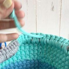 ・ ・ 🏝細編み丸底マルシェ 🏝動画㉛ ・ 〜最後の糸処理〜続き ・ 前回の続きで最後の糸処理です! ・ グリーンの糸を網目にくぐらせ、下の段に移動し、折り返します。心配であればもう1つ下の段に折り返します。 念のため布用ボンドなどで固めたりも。 わたしは使ってないです。 ・ 最後まで丁寧に解けることがないように。。。 ・ あと少し、コンチョやタッセルまで続きます😊 続きは次で😊 ・ ⚠️今回の糸処理は、簡単なやり方をしています。他にもやり方はあるので、本など見てやっても良いかと思います😊 ・ ・ もうすぐ母の日❤️ Tシャツヤーンのバッグなら頑張れば数時間で編めます❤️❤️❤️ なので、まだまだプレゼントに間に合いますよー❤️ ・ ・ うまく出来たよー!!の声はすごく励みになります❤️ありがとうございます😊❤️ 是非是非途中経過なども見せてくださいね❤️ シェア、リポスト歓迎です😊 ・ ・ ❤️今回私は丸底マルシェの動画をご紹介してますが、ポーチやスマホポシェットにもなるミニポシェットの作り方を @kinomi716…