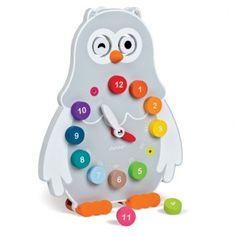 Horloge hibou o'clock Janod Fantastique horloge éducative avec laquelle les enfants vont facilement apprendre à lire l'heure. Elle a 2 faces, une en ardoise sur laquelle l'enfant peut dessiner avec des craies, et l'autre avec des aiguilles, sur laquelle l'enfant doit emboîter les pièces sur lesquelles l'heure est marquée. 35€ http://www.eurekakids.be/jouet/janod/horloge-hibou-o-clock