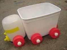 Podemos criar muitos brinquedos usando embalagens plásticas, tampinhas de garrafas, rolos de papel higiênico e papel toalha, caixas de le... Plastic Bottle House, Plastic Bottle Flowers, Plastic Bottle Crafts, Plastic Bottles, Recycled Toys, Recycled Crafts Kids, Recycled Art, Infant Activities, Activities For Kids