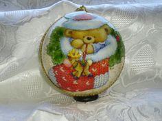 Sfera color panna con schizzi d'oro, orsetto dentro al calzino