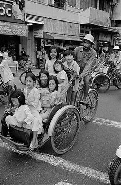 Post with 0 votes and 3182 views. South Vietnam, Hanoi Vietnam, Vintage Pictures, Old Pictures, Vietnam Costume, Cities, Vietnam History, Star Photography, Good Old Times