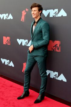 Shawn Mendes Suits Up For VMAs Photo Shawn Mendes stepped out solo at the 2019 MTV Video Music Awards! The looked so sharp while hitting the carpet at the event on Monday (August Kendrick Lamar, Mtv Video Music Award, Music Awards, Skylar Grey, The Killers, Smokey Robinson, Queen Latifah, 2 Chainz, Lenny Kravitz