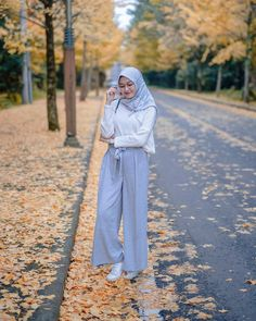 Image may contain: 1 person, outdoor ootd hijab, hijab outfit, modest fashion Hijab Casual, Casual Chic, Ootd Hijab, Hijab Chic, Girl Hijab, Modern Hijab Fashion, Muslim Fashion, Modest Fashion, 40s Outfits