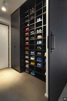 Looking for some fresh ideas to remodel your closet? Visit our gallery of leading best walk in closet design ideas and pictures. Walk In Wardrobe, Wardrobe Design, Walk In Closet, Shoe Closet, Entry Closet, Black Closet, Shoe Rack Inside Wardrobe, Closet Space, Bedroom Wardrobe