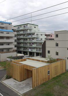 Das Haus, das wir euch heute zeigen, wurde für ein wohlhabendes Rentnerehepaar entworfen und gebaut und befindet sich im Zentrum Ōsakas. Das einstöckige Haus, das von Eigentumswohnungen umgeben ist, markiert einen Meilenstein des Reichtums und vereint die Tradition und den Fortschritt des Landes.