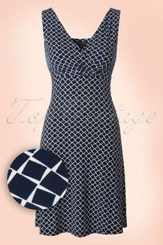 Every day, all day; sobald du dieses 60s Ginger Punch Dress angezogen hast möchtest du es nie wieder ausziehen!Der weiche, dehnbare Viskose-Mix in Dunkelblau mit einem hübschen Grafikmuster ist wunderbar trageleicht und das A-Linie Modell wirkt super schmeichelnd. Komfortabel mit einem sexy Touch dank des gerafften Tops in Wickeloptik. Dieses hübsche 60s Kleid wird bestimmt ein echter Gewinn für deinen Kleiderschrank sein!   Top in Wickeloptik Tief ausgeschnittene H...