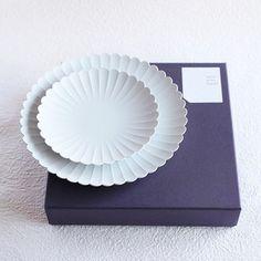 パレスプレートは、お皿の縁の陰影が美しく、花が咲いたような華やかさがあります。「パレスホテル東京」のために400年続く有田焼の技術で作られたという器は、一点一点職人さんの手によって作られています。強度のある高密度の陶土を使っているため薄く繊細ながらも丈夫で、毎日安心して使える一品です。