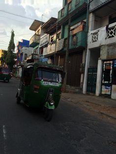 """tuk tuk, tuc tuc o treewheel, medio de trasnporte muy usado en Asia. Esta foto es en Colombo Sri Lanka, Conoce mas sobre este país en nuestro artículo """"el Gran Viraje: Mi llegada a Sri Lanka"""""""