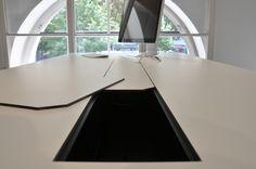 Detaildarstellung mit einer geöffneten Element des Kabelkanals_ Abdeckung aus Compaktplatte_weiß mit schwarzem Kern. #design #schreibtisch #officedesk #office #desk #organizer #organisation #furniture