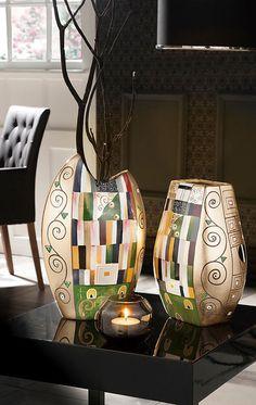 Als Vorlage für die Vase diente Klimts berühmtestes Gemälde »Schmalwand« aus seiner »goldenen Periode«.
