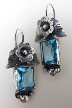 Mexican Sterling Silver Flower and Blue Glass Earrings - NOMAD Ear Jewelry, Jewelry Art, Beaded Jewelry, Jewelery, Silver Jewelry, Jewelry Design, Jewelry Making, Peridot Earrings, Glass Earrings