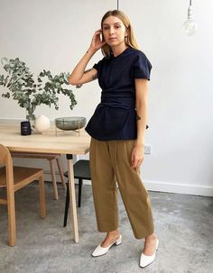 Influencers wearing high street: Brittany Bathgate in Charles and Keith shoes Normcore Fashion, Streetwear Fashion, Fashion Outfits, Work Wardrobe, Capsule Wardrobe, Charles And Keith Shoes, Brittany Bathgate, Minimal Fashion, Minimal Style
