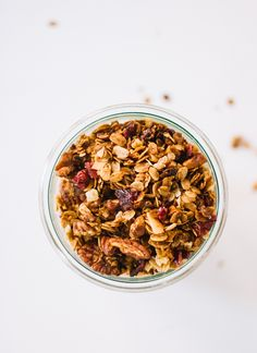 Irresistible spiced granola with the flavors of gingerbread, including molasses, ginger and cinnamon. Sweetened with maple syrup and dried cranberries, this granola is gluten free as long as you use gluten-free oats. Gingerbread Granola Recipe, Overnight Oats, Sans Gluten Sans Lactose, 16 Bars, Food Blogs, Cookie Recipes, Vegan Recipes, Snack Recipes, Breakfast Recipes