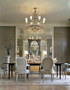 Glamorous dining room.   Ek hou van die skaal van die spieel met sekondêre beligting op die buffetkas.   Kontras mat
