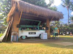 """Canggu, een stadje aan de westkant van Zuid-Bali, is de laatste twee jaar flink in opkomst, maar het voelt nog steeds als authentiek Bali.Je vindt in Canggu nog de uitgestrekte rijstvelden en er is geen massatoerisme.Canggu wordt ook wel het """"hipsterstadje"""" genoemd, mede door de boetiekjes en eettentjes die ingericht zijn met vintage spulletjes, zoals veel hout, tropische accessoires met palmbomen, ananassen en positieve quotes. In Canggu vind je ook bijna op elke hoek van de straat een…"""