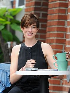 short hair on the lovely anne hathaway Anne Hathaway, Anne Jacqueline Hathaway, Short Dark Hair, Short Hair Cuts, Short Hair Styles, Angie Everhart, Beautiful Brown Eyes, Choppy Hair, Most Beautiful People