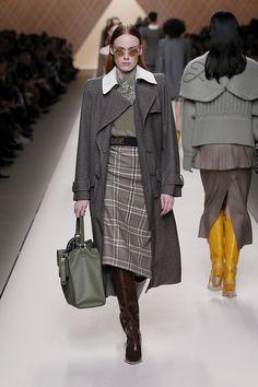 Fendi Fall/Winter Fashion Show Pinner Fur Fashion, Fashion Details, Fashion Show, Autumn Fashion, Fashion Looks, Fashion 2018, Runway Fashion, Womens Fashion, Fashion Trends